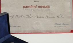 Udělení pamětní medaile prof. Martinu Weisovi