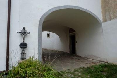 03 - Kříž v areálu kájovského kostela