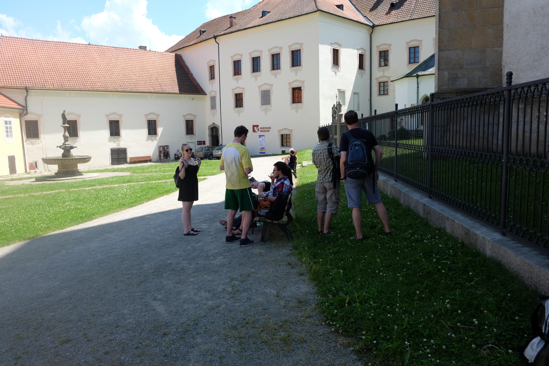 13. čekáme na setkání s panem převorem a prohlídku kláštera.JPG