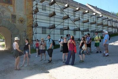 2. sraz studentů a vyučujících Katedry filosofie a religionistiky TF JU před zrestaurovanou Rožmberskou branou kláštera.JPG