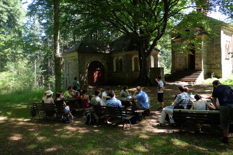 6. posloucháme výklad o dějinách poutního místa Maria Rast.JPG